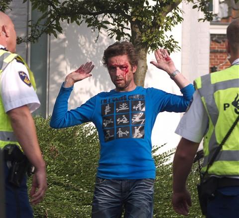 bebloede man loopt weg van politie 1