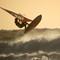 surfer uit de branding zonder wm