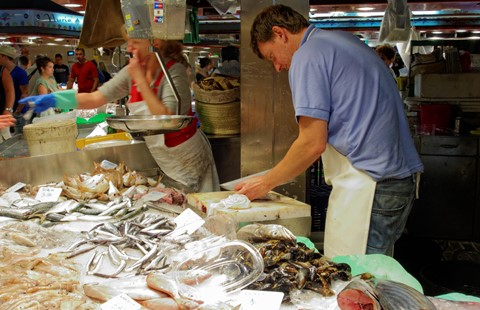 Busy fish stall DSC07091 Boqueria Market 3k