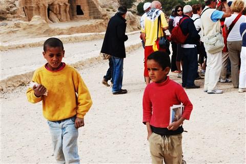 bambini che vendono cartoline