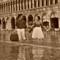Una passeggiata in luna di miele nell'acqua alta in Piazza San Marco Venezia