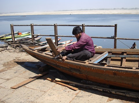 Building a boat by the Ganges