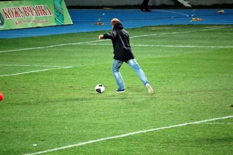 Goce Georgievski (right wing of handball club Metalurg) is taking penalty shot to win a price.